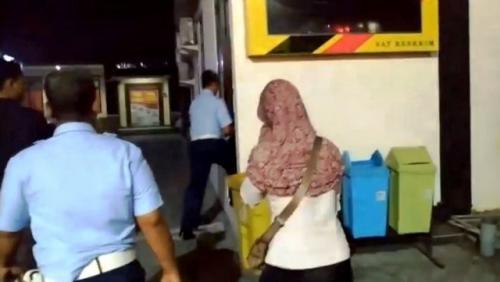 FS, istri anggota Pomau Lanud Muljono Surabaya Peltu YNS, diperiksa di Mapolresta Sidoarjo terkait kasus unggahan negatif penusukan Wiranto. (Foto: Yoyok Agusta/iNews)