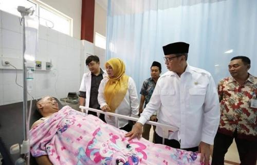 Mantan Sekretaris Pribadi Menko Polhukam Wiranto yang jadi korban penusukan, H Fuad Sauqi, saat menjalani perawatan di RSUD Pandeglang. (Ist)