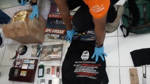 Polres Indramayu menunjukkan barang-barang hasil penggeledahan rumah terduga teroris RF. (Foto: Toiskandar/iNews.id)