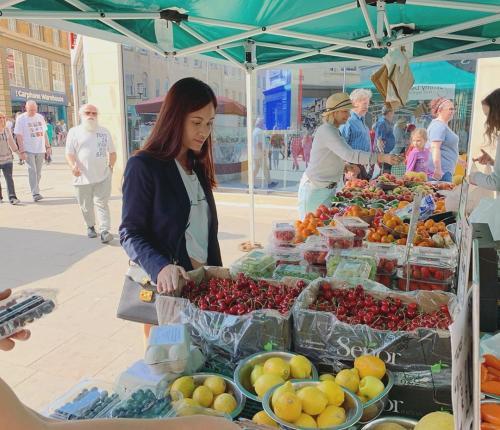 Perempuan belanja di pasar