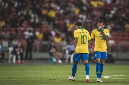 Neymar Jr berjalan pincang saat ditarik keluar