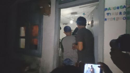 Densus 88 Antiteror Polri saat menggeledah rumah terduga teroris di Cirebon, Jawa Barat, Minggu (13/10/2019). (Foto : Okezone.com/Fathnurrohman)