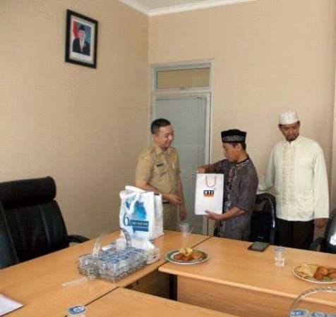 Camat Ciputat Andi D Patabai tengah menerima kunjungan HTI di kantornya. (Foto: Ist)