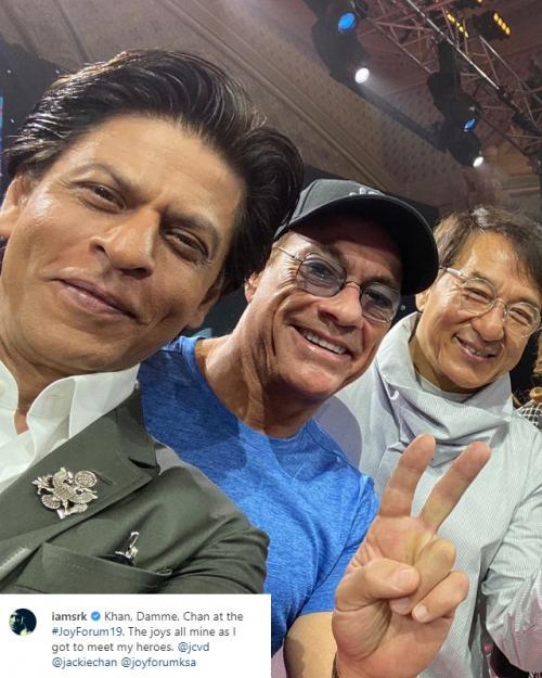 Shah Rukh Khan berpose dengan dua aktor idolanya: Jackie Chan dan Jean-Claude Van Damme. (Foto: Instagram/@iamsrk)