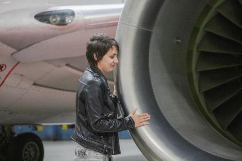 Perempuan dan pesawat