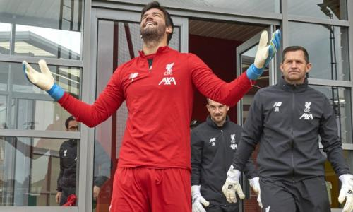 Alisson Becker di sesi latihan Liverpool