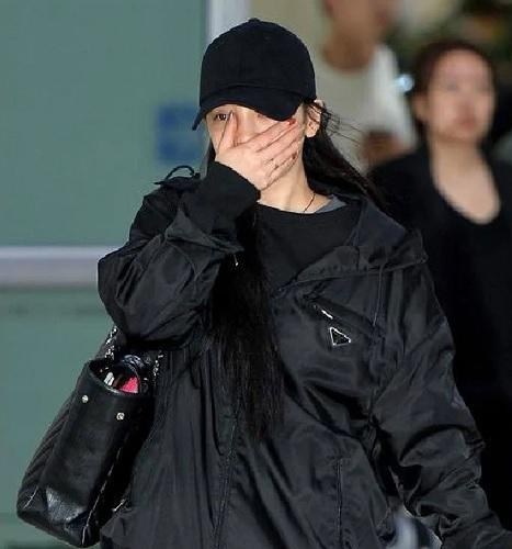 Goo Hara diketahui tiba di Bandara Gimpo, Korea Selatan setelah menyelesaikan pekerjaannya di Jepang pada 17 Oktober 2019. (Foto: Koreaboo)