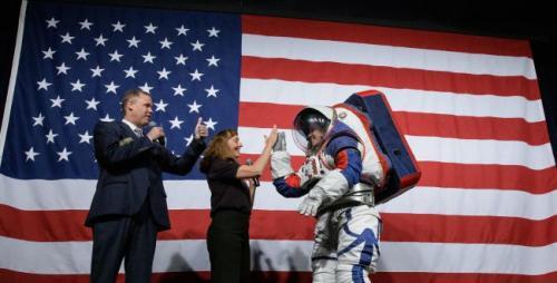 NASA telah mengungkapkan prototipe baru, yaitu pakaian luar angkasa yang nantinya akan digunakan oleh astronot perempuan.