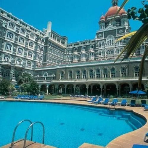 ia tampaknya menemukan bahwa hotel dibangun dengan cara yang berlawanan dengan yang ia maksudkan.