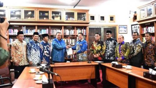 Pimpinan MPR menyampaikan undangan pelantikan Jokowi-Ma'ruf Amin ke kediaman SBY di Cikeas, Bogor. (Foto: Ist/iNews.id)