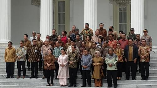 Jokowi dan para Menteri Kabinet Kerja berfoto di Istana Merdeka. Jakarta, Jumat (18/10/2019). (Foto : Okezone.com/Fakhrizal Fakhri)