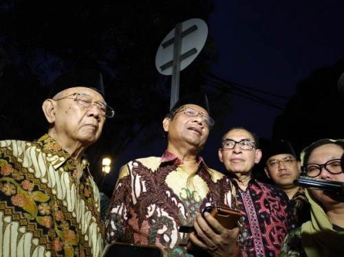 Ketua Gerakan Suluh Kebangsaan Mahfud MD bersama Alwi Shihab, Alissa Wahid, Salahuddin Wahid (Gus Sholah), mengunjungi Jusuf Kalla di rumah dinas Wapres, Jakarta, Jumat (18/10/2019). (Foto : Okezone.