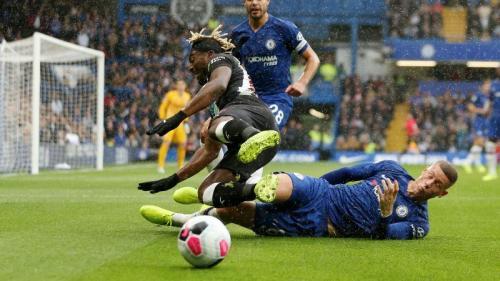 Kecepatan Allan Saint-Maximin mengancam pertahanan Chelsea lewat serangan balik (Foto: Premier League)