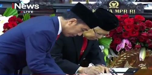 Jokowi-Ma'ruf tanda tangani berita acara pelantikan. (Foto : iNews)