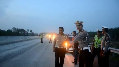 Polisi menggelar olah TKP di lokasi kecelakaan maut Lampung. (foto: iNews/Heri Fulistiawan).