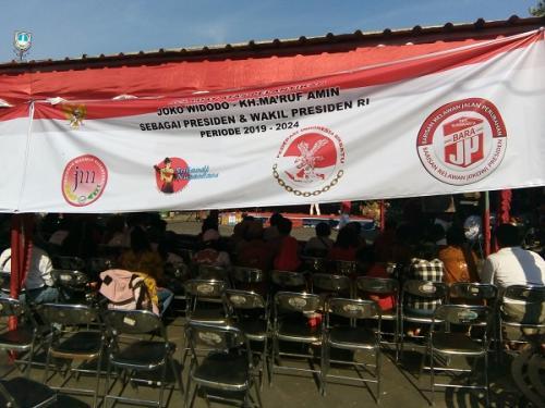 Relawan Jokowi-Ma'ruf nobar pelantikan presiden dan wakil presiden terpilih di Pasar Triwindu, Solo. (Foto : Okezone.com/Bramantyo)