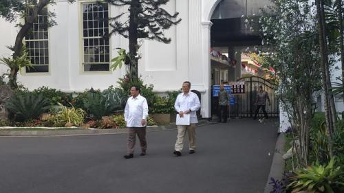 Prabowo dan Edhy Prabowo usai bertemu Jokowi di Istana Kepresidenan, Jakarta, Senin (21/10/2019). (Foto : Okezone.com/Fakhrizal Fakhri)
