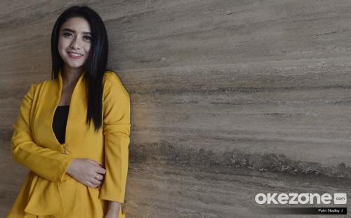 Desy Thata memilih untuk mengubah gayanya dalam berbusana. (Foto: Okezone)