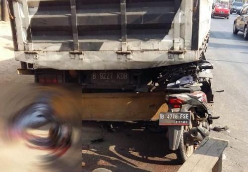 Pengendara Motor Tewas Usai Tabrak Truk Parkir di Bekasi (foto: Okezone/Wijayakusuma)