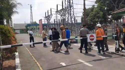 Petugas Polres Tasikmalaya Kota membawa barang-barang yang disita saat penggeledahan Gardu Induk PLN Tasikmalaya di Jalan Sambong Jaya, Kecamatan Mangkubumi, Kota Tasikmalaya, Jabar(foto: iNews/Asep J