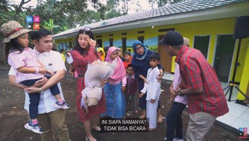 Sarwendah menangis ketika mengetahui kado spesial yang disiapkan Ruben Onsu untuk anniversary pernikahan mereka yang keenam. (Foto: YouTube/MOP Channel)