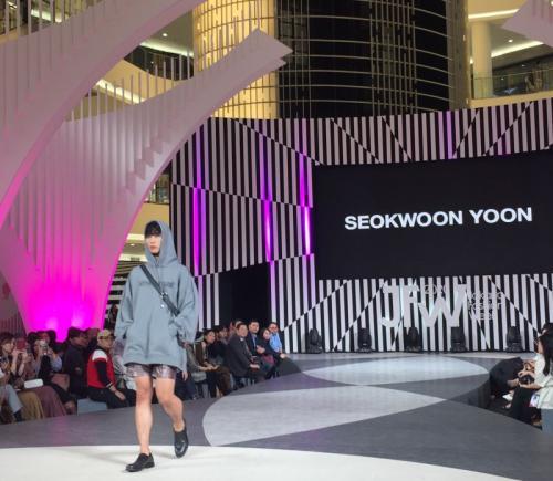 panggung JFW 2020 ada lini SETSETSET yang digawangi desainer Jang Yoonkyung.