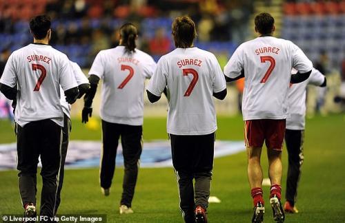 Para pemain Liverpool mendukung Suarez pada 2011