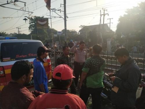 Pemotor Tewas Tertabrak KRL di Depok (foto: Okezone/Wahyu M)