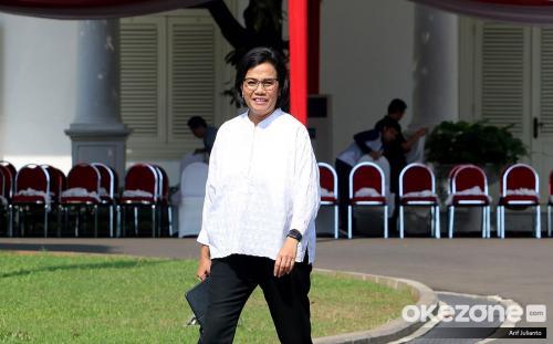 dengan jam tangan warna hitam dan high heels yang dipakainya saat merapat ke ruangan Jokowi.