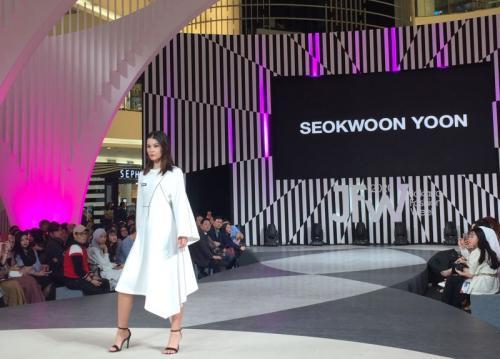 material bahannya salah satunya adalah bahan kulit ini terinspirasi oleh bendera tradisional Korea.