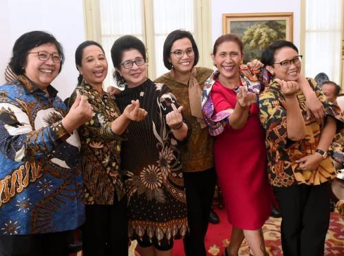 Perempuan berbaju batik