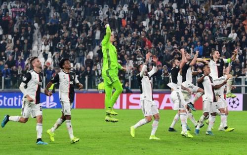Skuad Juventus merayakan kemenangan bersama pendukungnya (Foto: UEFA)