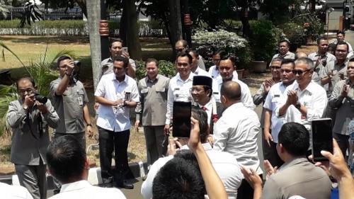 Mahfud MD disambut kalung bunga saat tiba di Kantor Kemenko Polhukam, Jalan Medan Merdeka Barat, Jakarta, Rabu (23/10/2019). (Foto : Okezone.com/Arie Dwi Satrio)