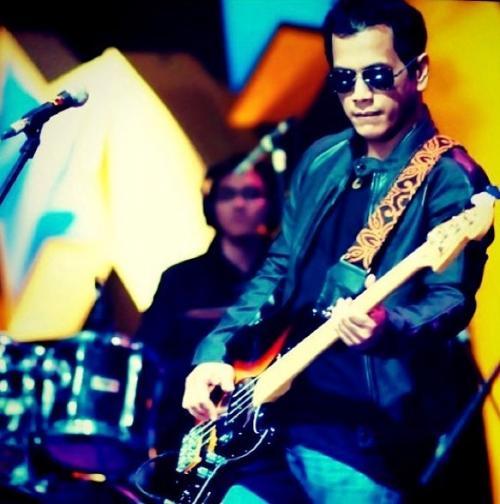 Pria memegang gitar