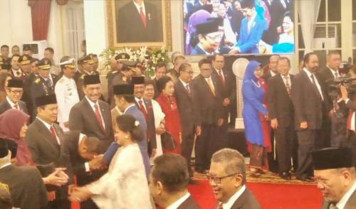 Anak Prabowo, Didit Hediprasetyo, cium tangan Jokowi usai pelantikan Kabinet Indonesia Maju di Istana Negara, Jakarta, Rabu (23/10/2019). (Foto : Okezone.com/Fakhrizal Fakhri)