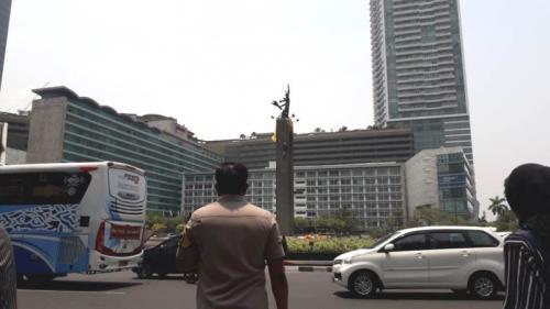 Aktivis pasang spanduk di Patung Selamat Datang Bundaran HI, Jakarta, Rabu (23/10/2019). (Foto : Okezone.com/Achmad Fardiansyah)