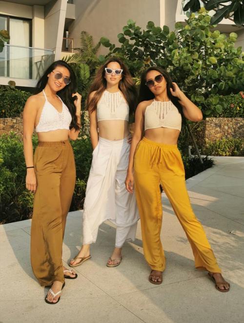 Tiga perempuan seksi ini memang sangat mencuri perhatian. Okezoners, paling suka gaya siapa?