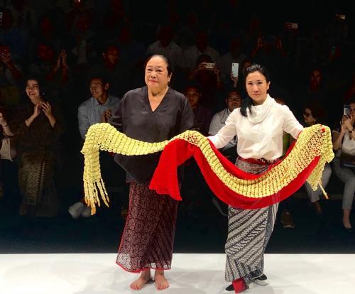 Maka dari itu, warna kain yang mentereng menjadi statement juga di koleksi 'Rayuan Kain'.