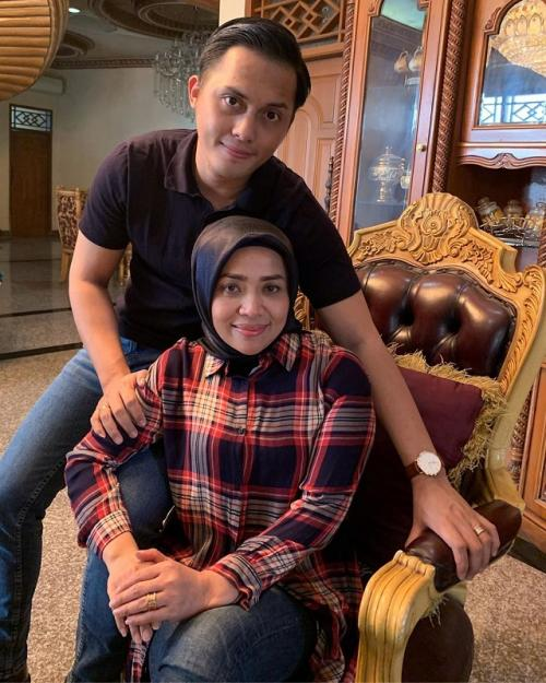 Muzdalifah dan suami. (Foto: Instagram/@muzdalifah999)