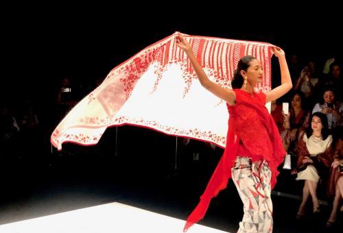 Meski ini mengenai kain Nusantara, Obin cukup terampil juga dalam mengemas keseluruhan tampilan