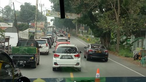 Arus lalu lintas arah Jakarta menuju Puncak, Jabar, macet parah. (Foto : Okezone.com/Putra Ramadhani Astyawan)