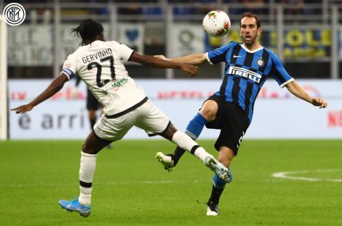 Gervinho vs Diego Godin (Foto: Twitter/@Inter_en)