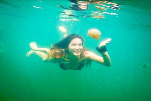 Pada sebuah postingan, Selena terlihat berenang bersama ubur-ubur di Pulau Kakaban, Kalimantan