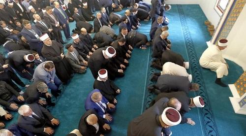 Muslim Bosnia salat di Masjid Aladza