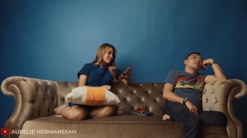 Aurel Hermansyah mengungkit kisah lama perceraian kedua orangtuanya. (Foto: YouTube/Aurelie Hermansyah)