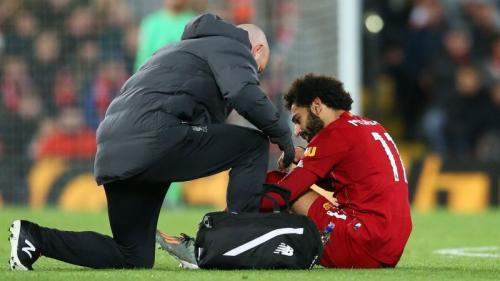 Mohamed Salah cedera saat sedang membela Liverpool