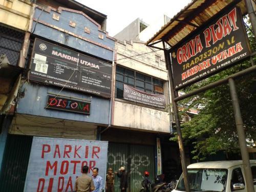Razia Panti Pijat Plus-Plus di Ciputat Tangsel (foto: Okezone/Hambali)
