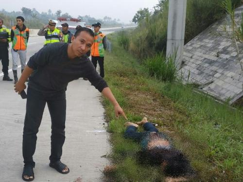 Penemuan mayat di Tol Bocimi (foto: Okezone/Putra Ramadhani)