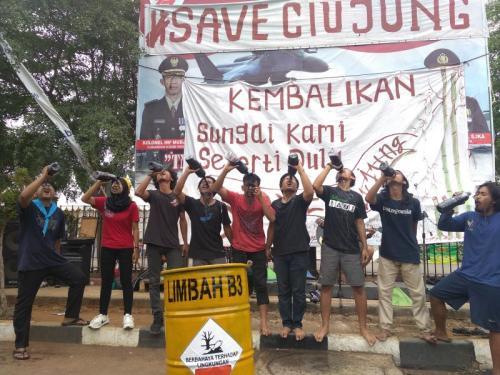 Hari Sumpah Pemuda, Mahasiswa Banten Minum Air Hitam Sungai Ciujung (foto: Sindonews/Rasyid Ridho)