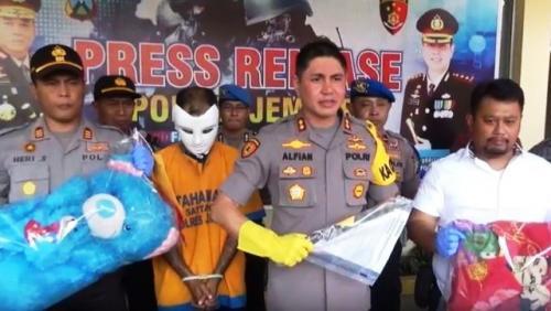 Kapolres Jember AKBP Alfian Nurrizal memimpin ekspose kasus suami bunuh istri. (Foto: Bambang Sugiarto/iNews.id)